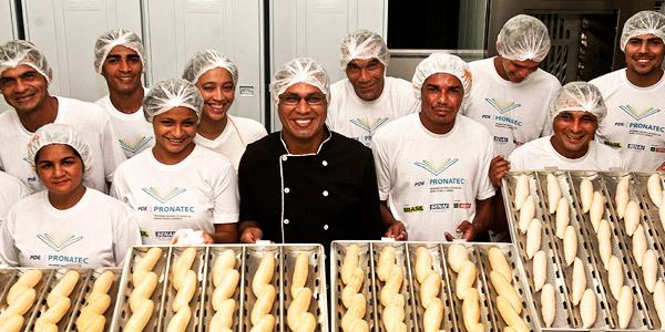 Foto de Adenilson Dutra de Souza e sua produção de pão